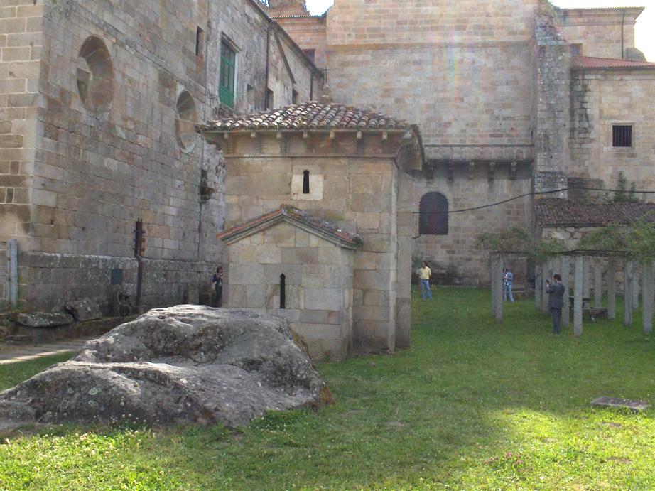 Construída por San Rosendo en el Siglo X, en el conjunto del Monasterio (Galicia, España)