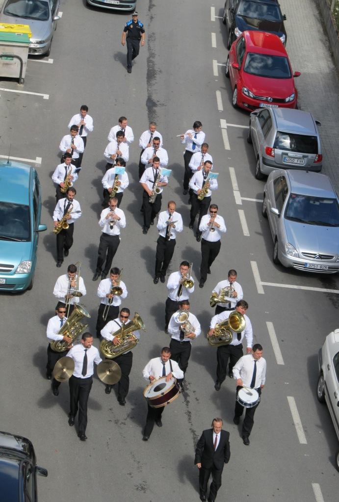 """La banda de música municipal, a mediodía, """"con su tradicional pasacalles"""" (sic)"""