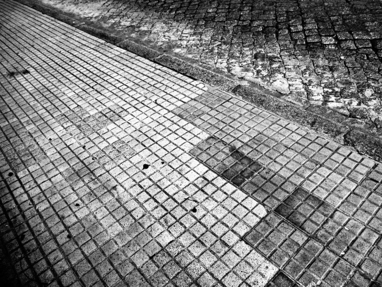 Baldosas de cemento y adoquines de granito, pavimento con prosapia urbana