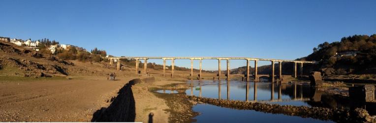 Visita a Portomarín durante uno de los puntos más bajos de las aguas en su represa (2007)