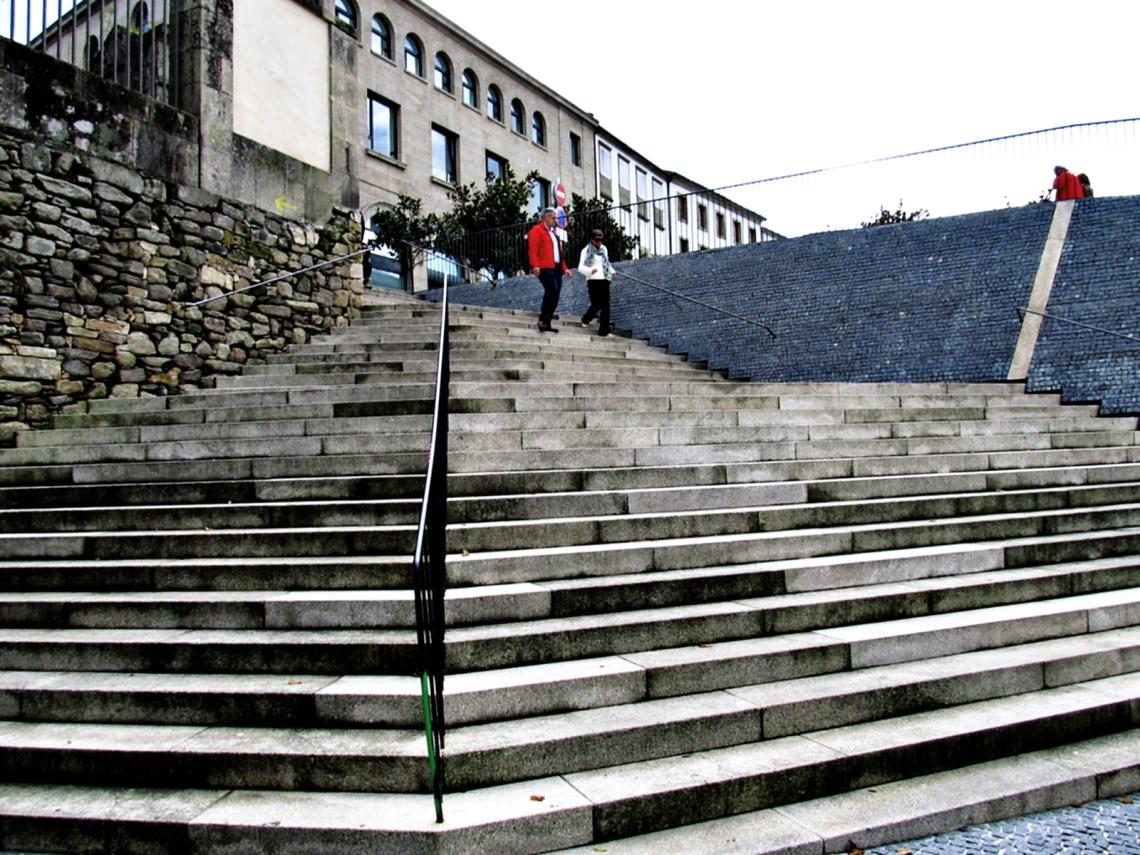 Escalinatas en un espacio público de Santiago de Compostela (Galicia, España) 12 de octubre 2012