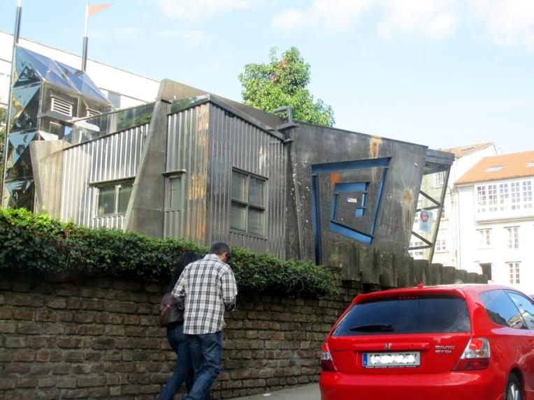 Construcción en lámina de metal acanalada (supongo que muestra del feísmo postindustrial gallego) en Santiago de Compostela, España, 12 octubre 2012.