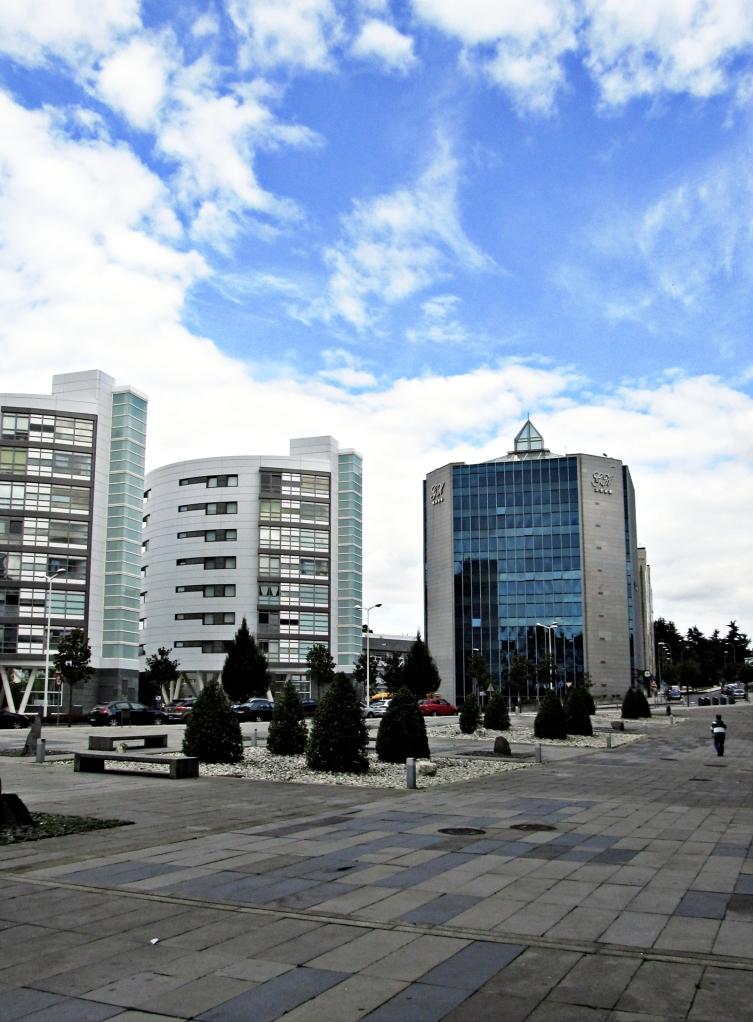 """Zona de la muy noble Santiago de Compostela víctima de la """"renovación urbana""""; se aprecian las trazas de las cuadrículas de AutoCad y similares, así como la falta de creatividad y sentido de la belleza por parte de los usuales """"dibujantes de planos"""""""