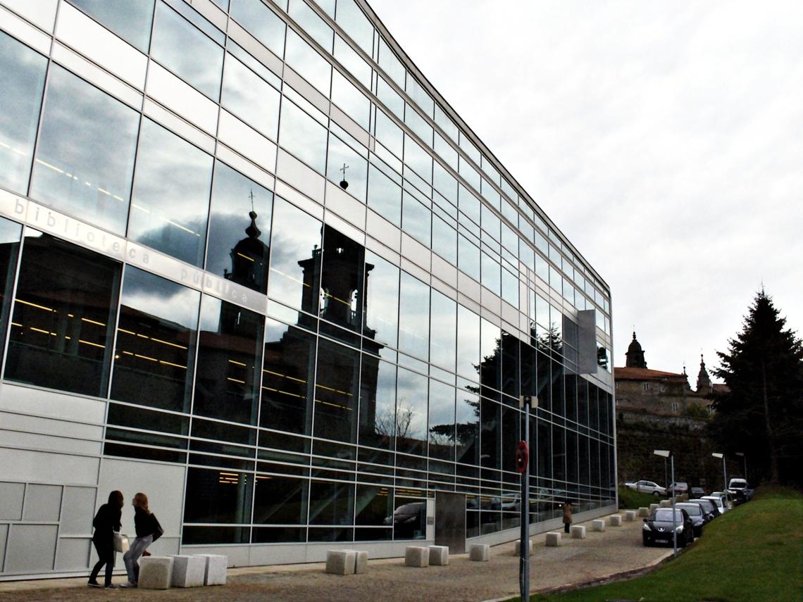 Biblioteca Pública del Estado - Santiago de Compostela, Galicia (España) - Avenida de Xoan XXIII, frente a la Iglesia de San Francisco; instantánea captada la tarde del jueves 10 de abril de 2008