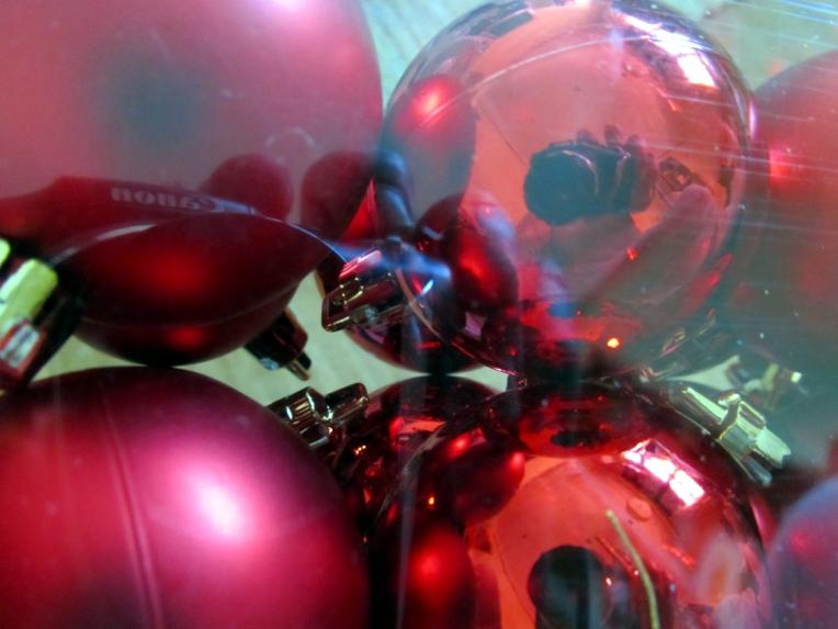 Las bolas rojas para el árbol de Navidad, en su empaque original, por vez primera en mis manos - diciembre 2012