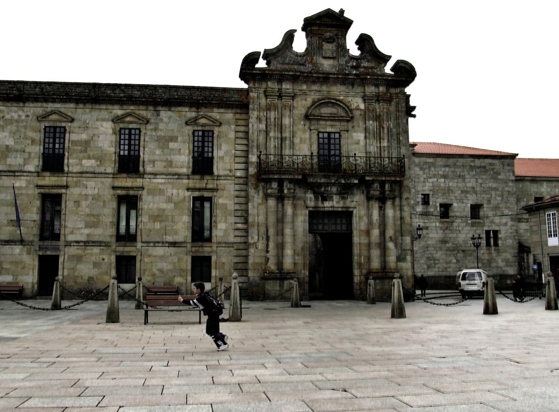 Niño corriendo por la Plaza Mayor a la salida del Colegio - Galicia, España, Otoño 2012