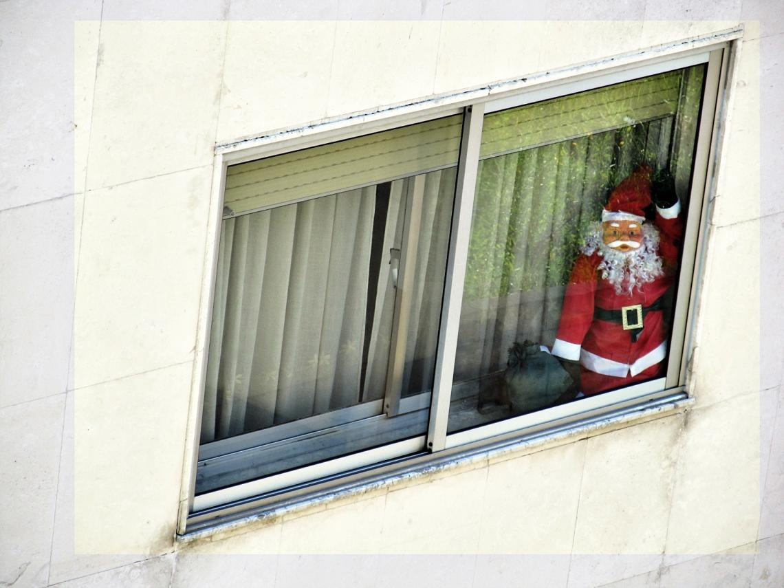 """Papá Nöel, bolsa en mano, """"capturado"""" en la ventana de enfrente"""