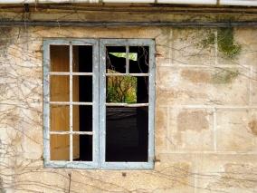 Ventana de una antigua edificación abandonada, semanas antes que rehicieran su tejado que se encontraba prácticamente en ruinas. Galicia, Abril