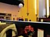 Después de comprar su árbol de Navidad, mi hermano me invitó a cenar en este antiguo teatro, reconvertido en Buffet Oriental - las mesas con adornos festivos. Galicia, Diciembre