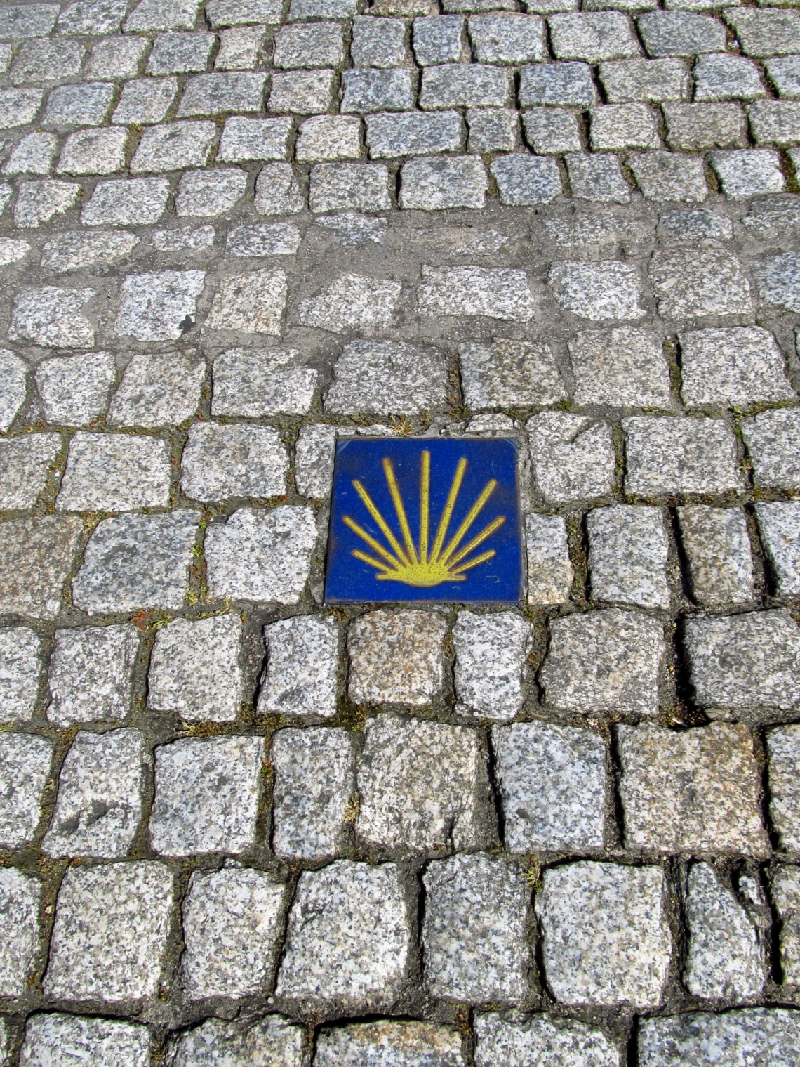 Señal Oficial del Camino de Santiago en el adoquinado del Puente Romano de Orense, Galicia - abril 2013