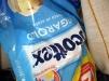 Autoretrato con bolsa del papel higiénico de la marca del cachorrito