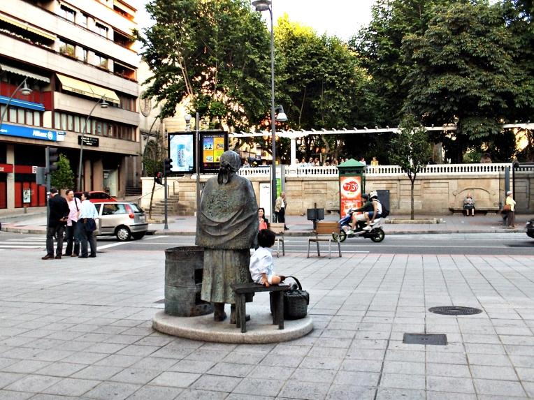 Estatua de la típica vendedora de castañas asadas - en: lote de mis Instantáneas varias del Centro de Orense, Galicia, España - junio de 2009