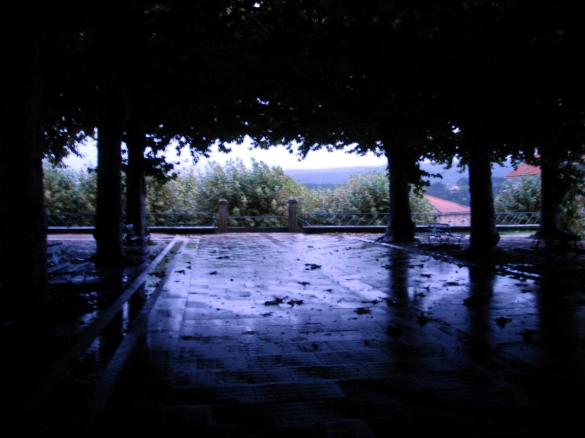 Cercana al anochecer, una fría y lluviosa tarde de otoño en la Alameda