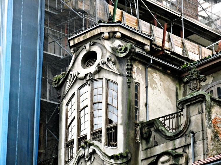 Curioso y artístico remate de un edificio de la primera mitad del pasado siglo en Ourense, Galicia