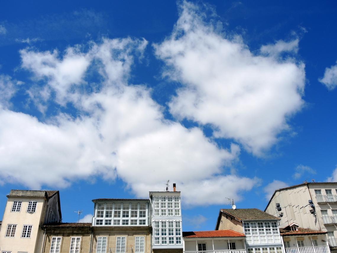 El cielo visto desde la Plaza Mayor de Celanova, (Ourense, Galicia - España) mayo 2014