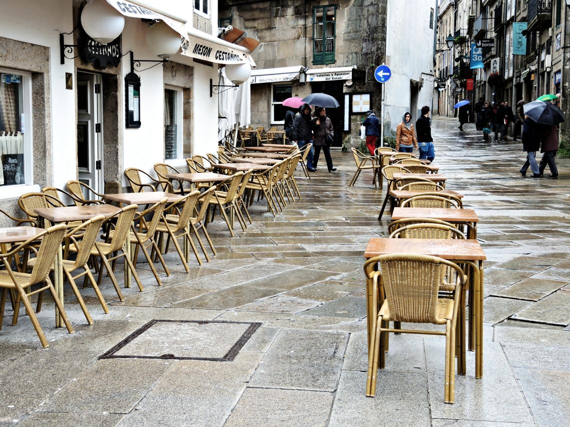 Terraza, vacía por la lluvia en la zona antigua de Santiago de Compostela (Galicia, España) febrero 2014