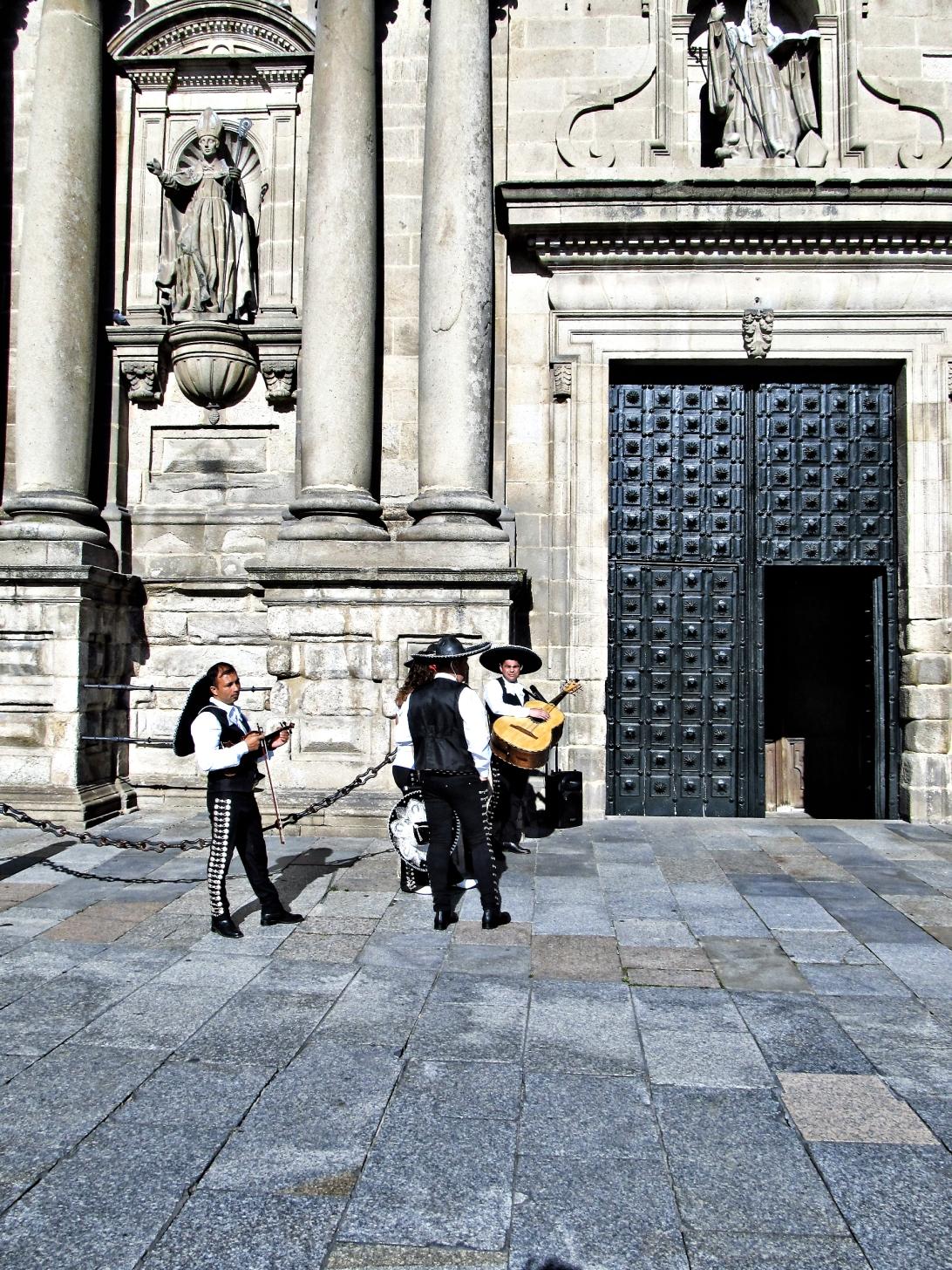 Mariachis a la puerta de la iglesia