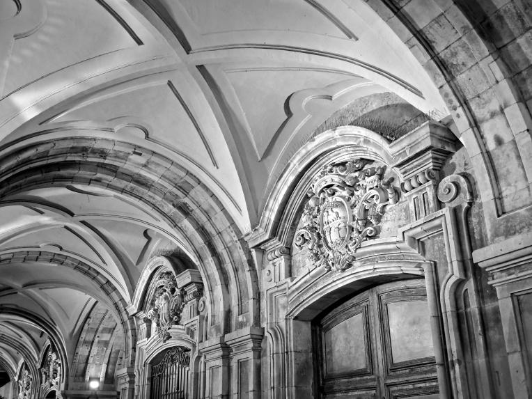 Mirando hacia arriba en el perímetro de la Plaza Mayor de Salamanca, España. La noche del 30 de diciembre, 2017