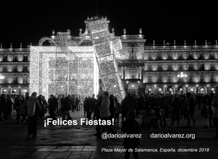 ¡Felices Fiestas! Muy Feliz Navidad y Próspero Año Nuevo. @darioalvarez ArquitecturaS.WordPress.com Luces en la Plaza Mayor de Salamanca, España, diciembre, 2017 – Fotografía Darío Álvarez